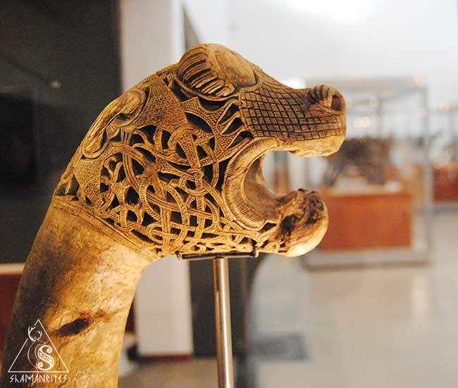 cabeza de animal tallada del barco vikingo enterrado
